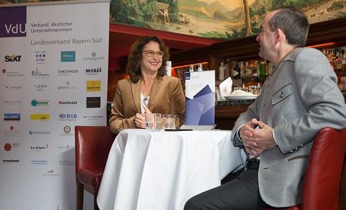 Geschäftsführerin Petra Göckel moderiert das Gespräch mit Hubert Aiwanger